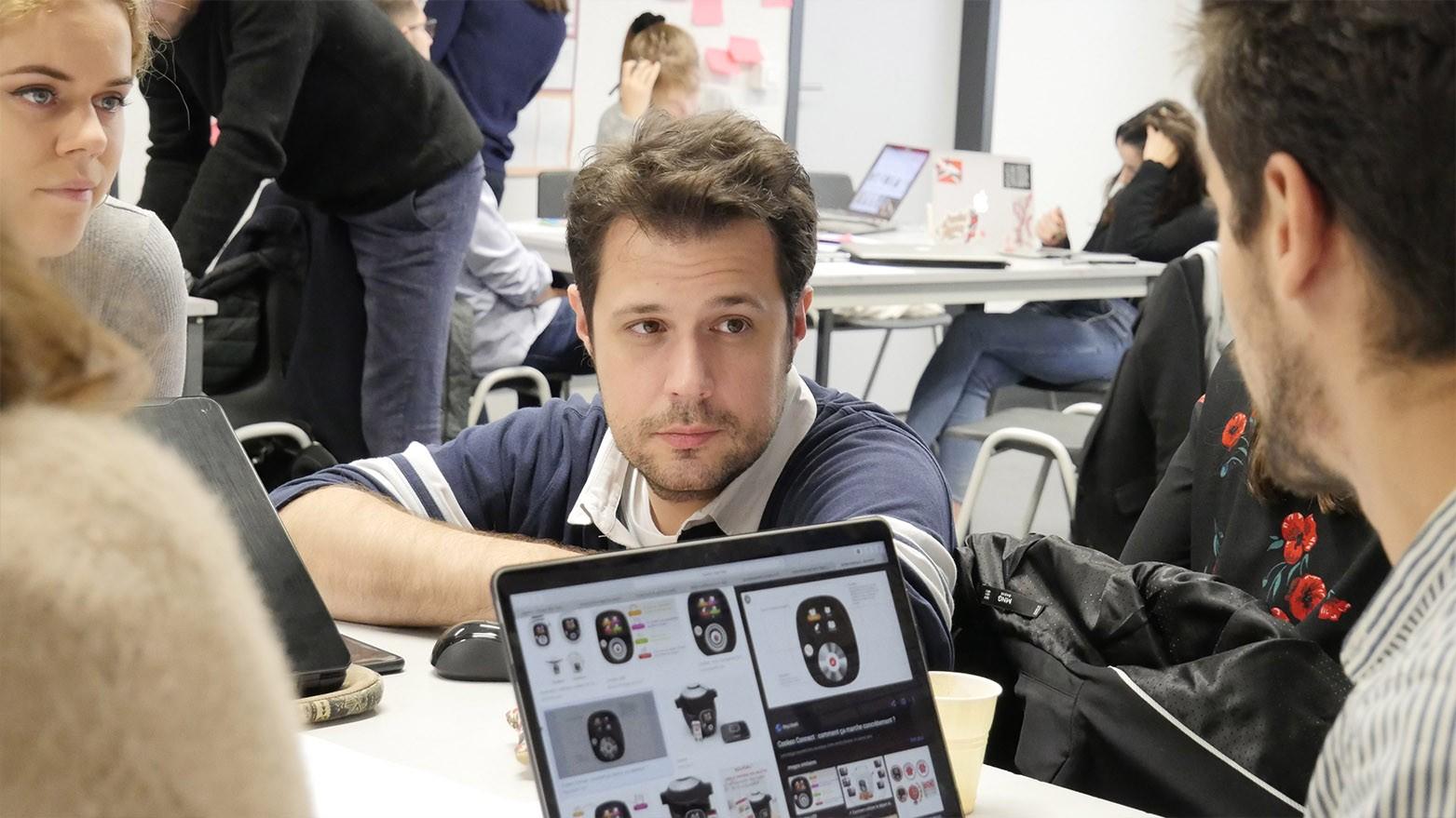 Grégory Noacco épaule une équipe dans leur phase de prétotypage.