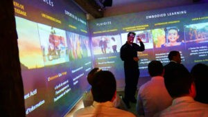 Formation enrichie grâce à l'Immersarium : les apprenants profitent d'une projection panoramique.